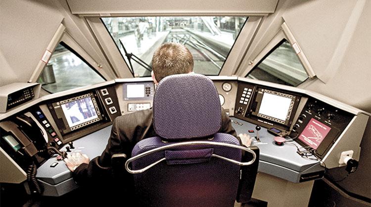 Cabina y conductor de tren AV. / PN