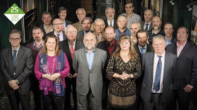 FOTO DE FAMILIA. Un grupo de ingenieros y técnicos de Ineco trabajaron en hacer realidad la alta velocidad en los años ochenta y noventa. En la imagen, gran parte de ellos en la entrada de las oficinas centrales de Ineco, en Madrid. / FOTO_ELVIRA VILA