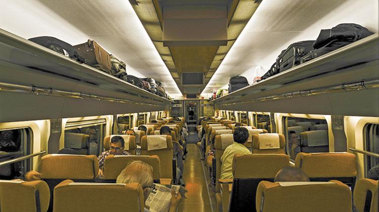 Viajeros en un tren AVE. / EV
