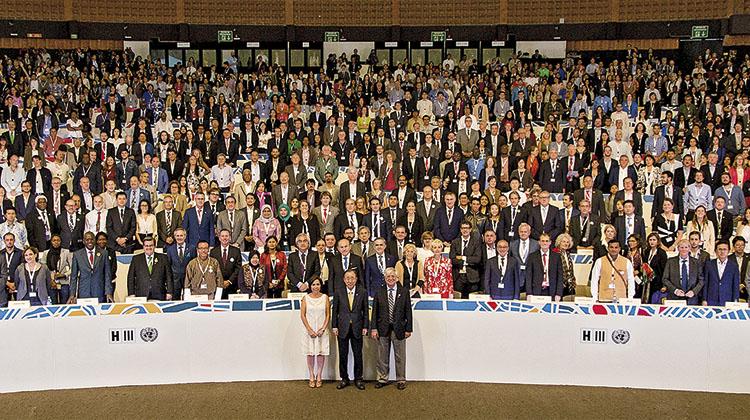 En primera fila, la ministra de Desarrollo Urbano y Vivienda de Ecuador, Mª Ángeles Duarte, el entonces secretario general de Nacionas Unidas, Ban Ki-moon, y el director ejecutivo de ONU-Habitat, el ex alcalde barcelonés Joan Clos.
