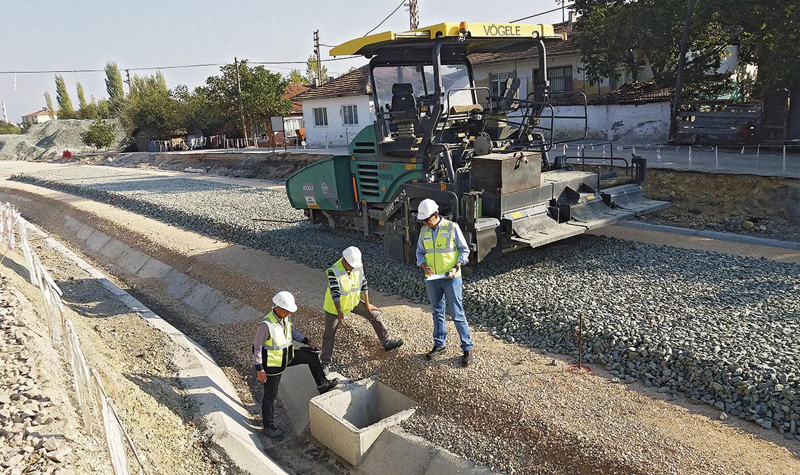 LÍNEA SAMSUN-KALIN. El jefe de proyecto de Ineco Francisco Ramos (a la derecha) supervisando la ejecución de los cruces de vía para tendido de cables, junto a Ilhan Kök, técnico de UBM y Ümit Terzan, técnico de TCDD, en el tramo situado junto a la estación de Suluova.