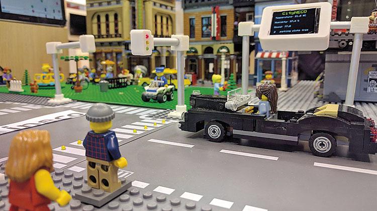 Una representación de una ciudad inteligente hecha con Lego, que gestiona la información mediante el uso intensivo de las TICs. / FOTO_ELVIRA VILA